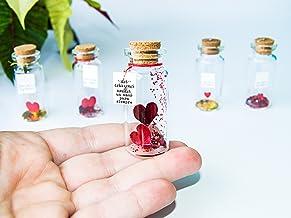 Dos corazones unidos. Mensaje en una botella. Miniaturas. Regalo personalizado. Divertida postal de amor.
