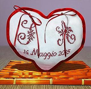 Crociedelizie, Cuscino fedi portafedi ricamato a puntocroce con iniziali nomi sposi + data matrimonio forma cuore con rifi...