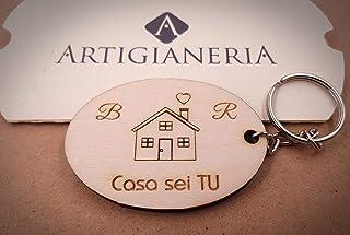 ArtigianeriA - Portachiavi in legno CASA SEI TU, personalizzato con iniziali a scelta. Incisione realizzata a laser in Ita...