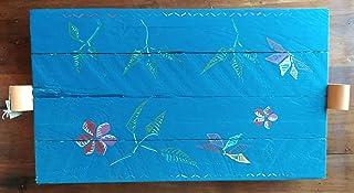 Bandeja de madera decorada con asas de cuero.