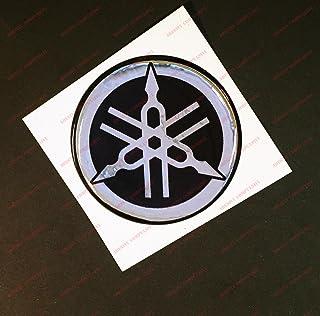 Escudo Logo Decal Yamaha, adhesivo, resina efecto 3d. ) Color Negro–Cromo. Para depósito o casco
