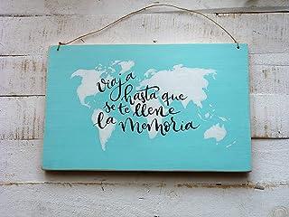 """Cartel de madera con dibujo de mapamundi y frase""""viaja hasta que se llene la memoria"""""""
