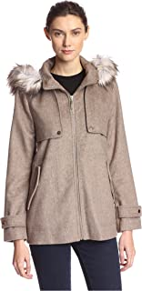 معطف نسائي قصير من kensie مع جيوب أمامية وفرو صناعي مزخرف.