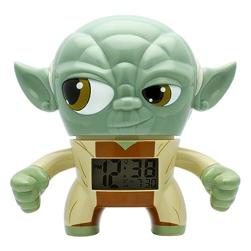 BulbBotz Despertador con luz Infantil con figurita de Yoda de La Guerra de Las Galaxias | Verde/Marrón plástico | 19 cm de Altura | Pantalla LCD | Chico Chica | Oficial