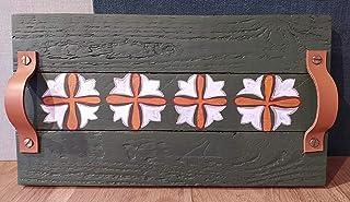 Bandeja de madera decorada con asas de madera.