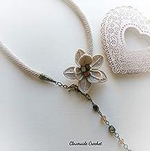 collar transformable de ganchillo con una flor