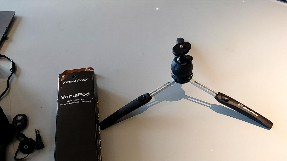 KobraTech Tr/ípode Mini VersaPod Cabezal de Bola y Mando a Distancia Bluetooth Patas Extensibles Tr/ípode para tel/éfono m/óvil y c/ámaras