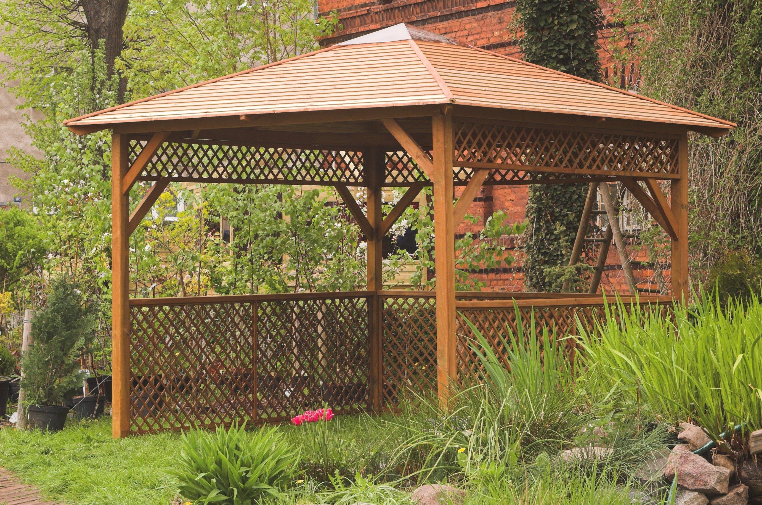 Jardín Verde - Quiosco Rectangular con Techo de Tejas Asfálticas. Lados Enrejados - Ideal para Jacuzzi. Dimensiones: h2, 95m x 2, 52m x 2, 52m: Amazon.es: Jardín
