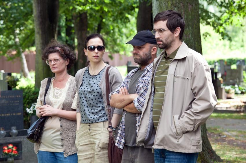Hynek Cermák, Zuzana Stivínová, Ondrej Sokol, and Natálie Drabiscáková in Occamova britva (2013)