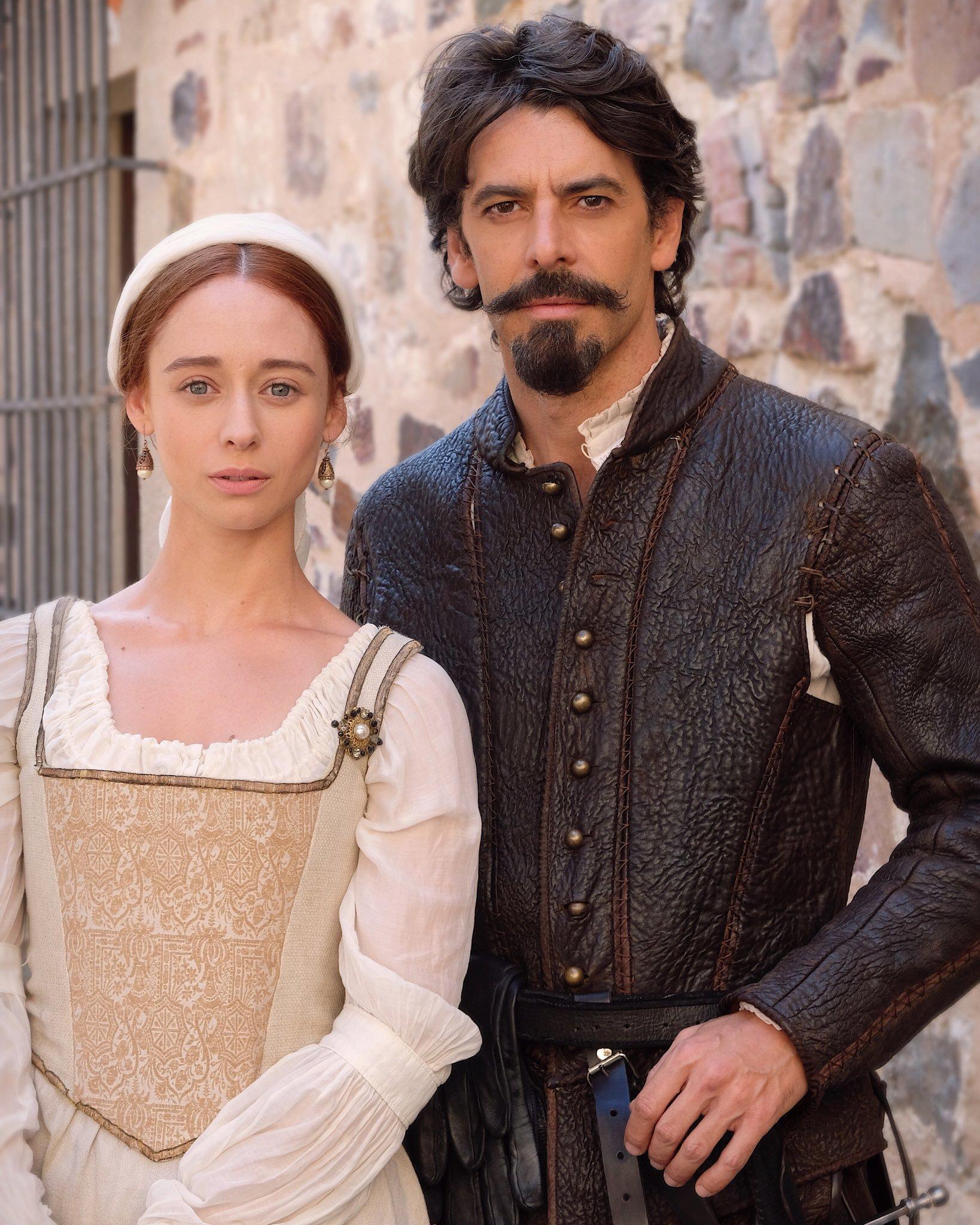 Eduardo Noriega and Elena Rivera in Inés del alma mía (2020)