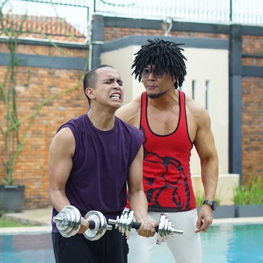 Deddy Corbuzier and Andovi Da Lopez in Bucin (2020)