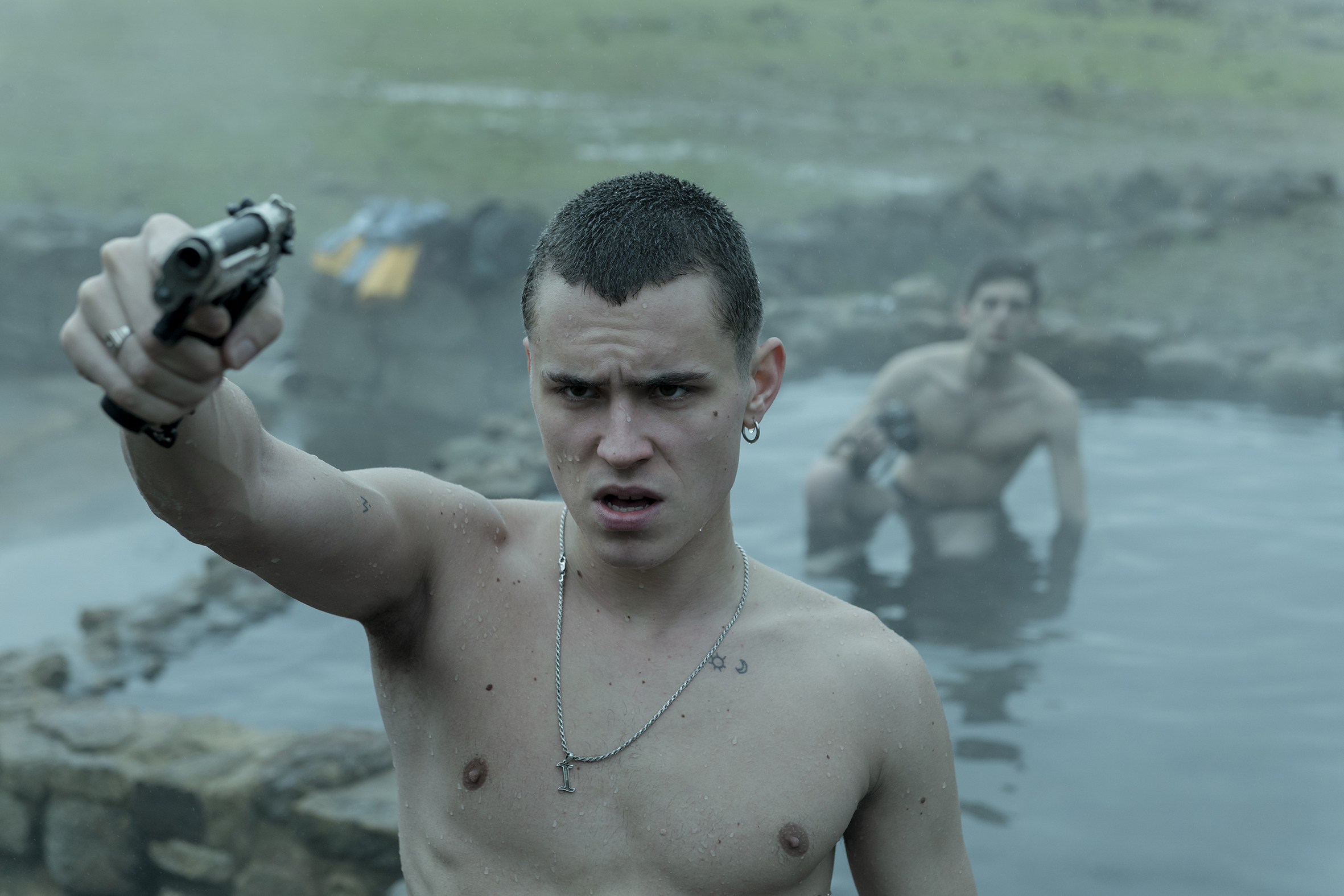Roque Ruíz and Arón Piper in El desorden que dejas (2020)