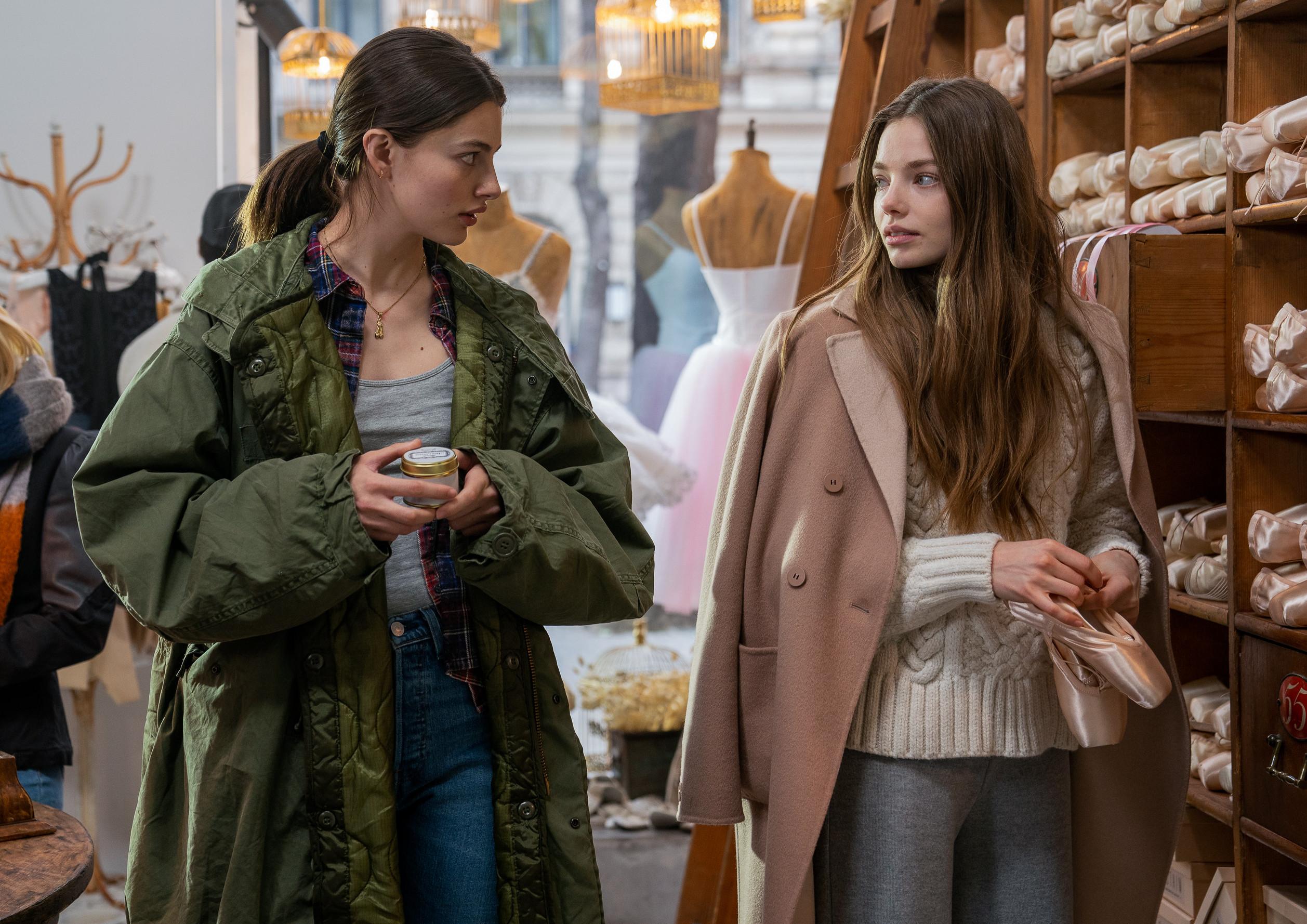 Escena de la película Birds of Paradise (2021) que muestra a Kristine Froseth y Diana Silvers como Marine y Kate