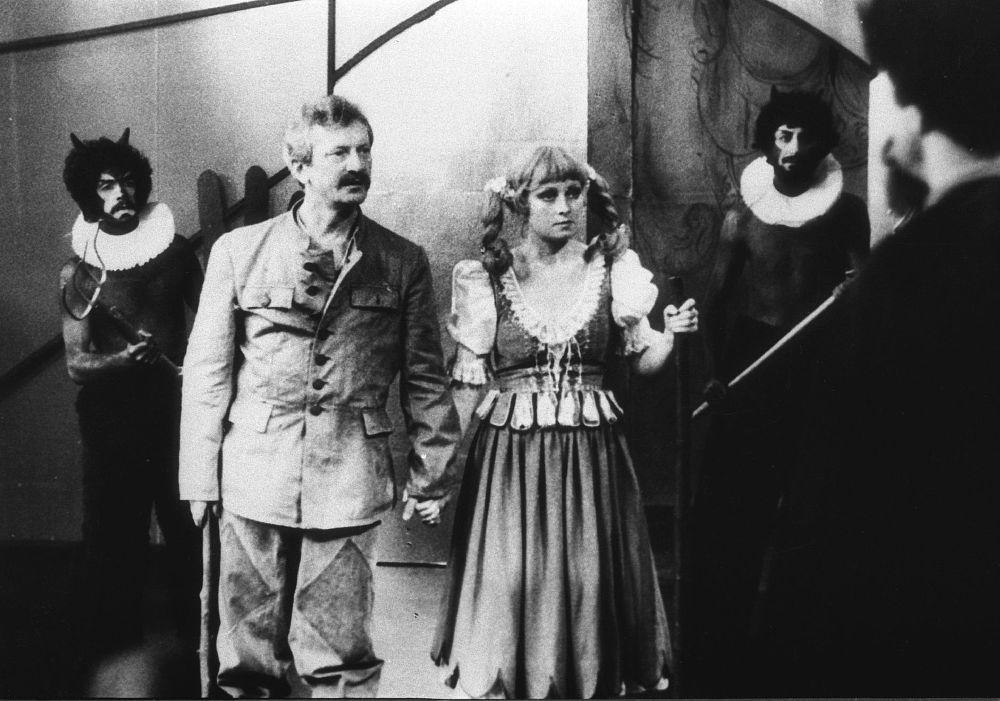 Marian Kociniak and Magdalena Zawadzka in Igraszki z diablem (1979)
