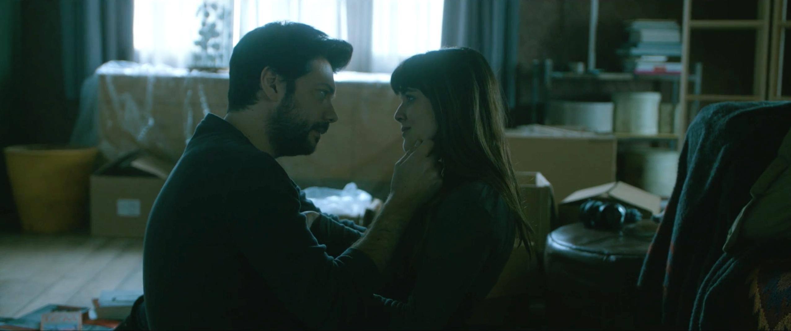 Adriana Ugarte and Álvaro Morte in Durante la tormenta (2018)