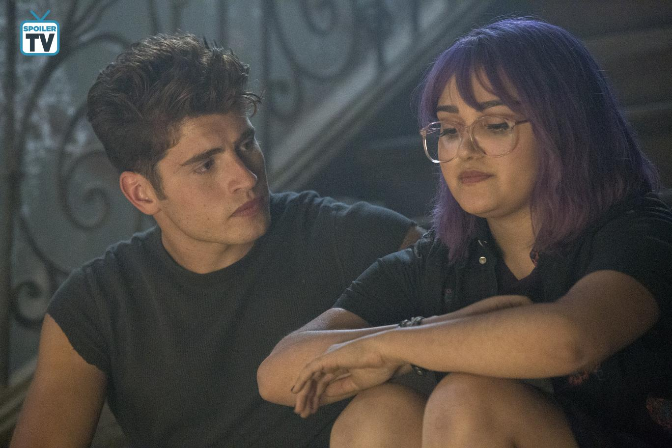 Gregg Sulkin and Ariela Barer in Runaways (2017)