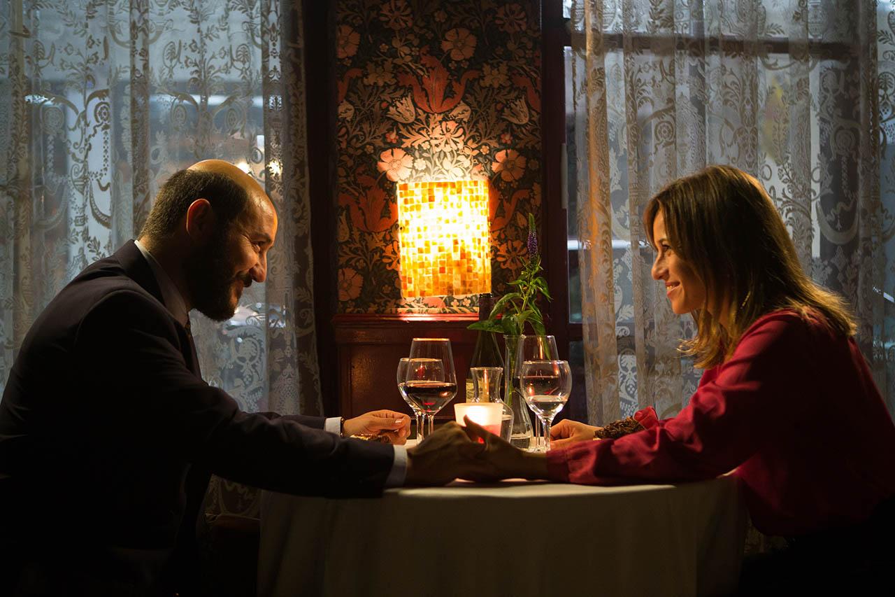 Marta Etura and Carlos Santos in El hombre de las mil caras (2016)