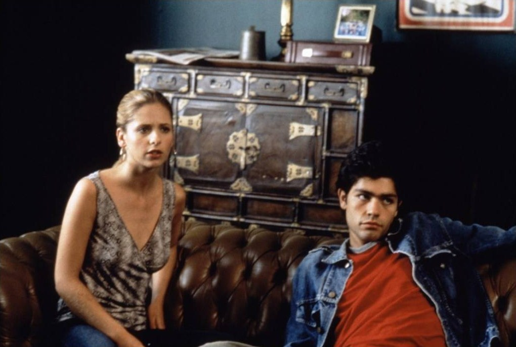 Sarah Michelle Gellar and Adrian Grenier in Harvard Man (2001)