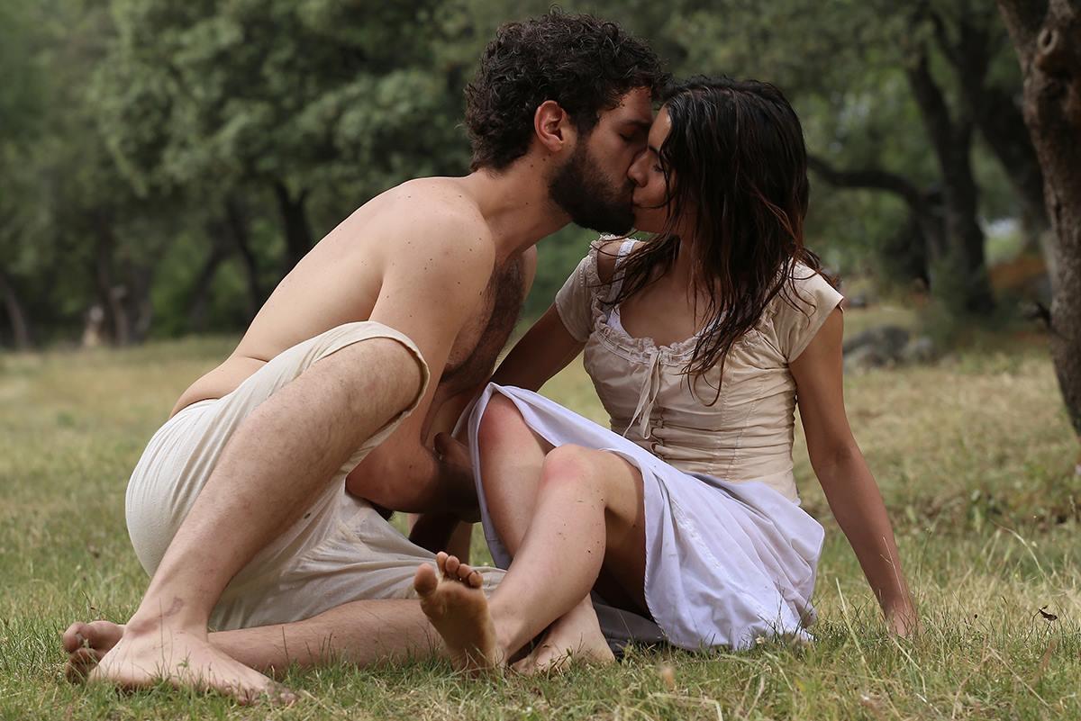 Francisco Ortiz and Fariba Sheikhan in El secreto de Puente Viejo (2011)