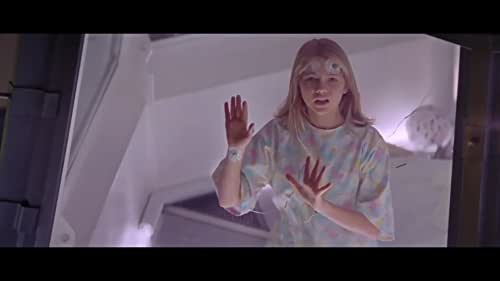 A group of scientists try to track down and trap a killer alien seductress before she successfully mates with a human.