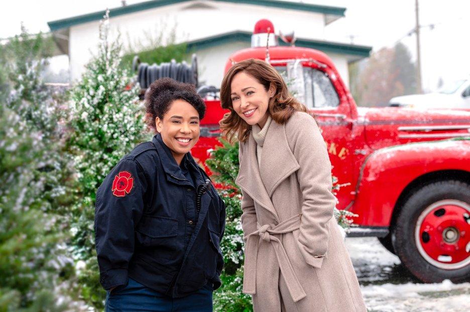 Autumn Reeser and Lisa MacFadden in A Glenbrooke Christmas (2020)