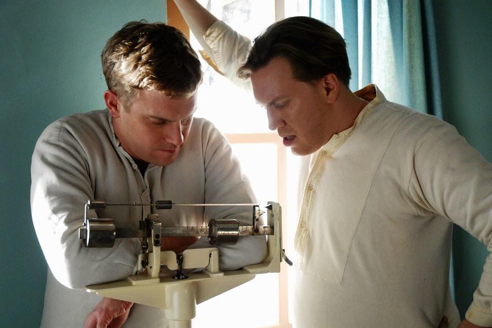 Sebastian Bezzel and Nicholas Ofczarek in Schwere Jungs (2006)