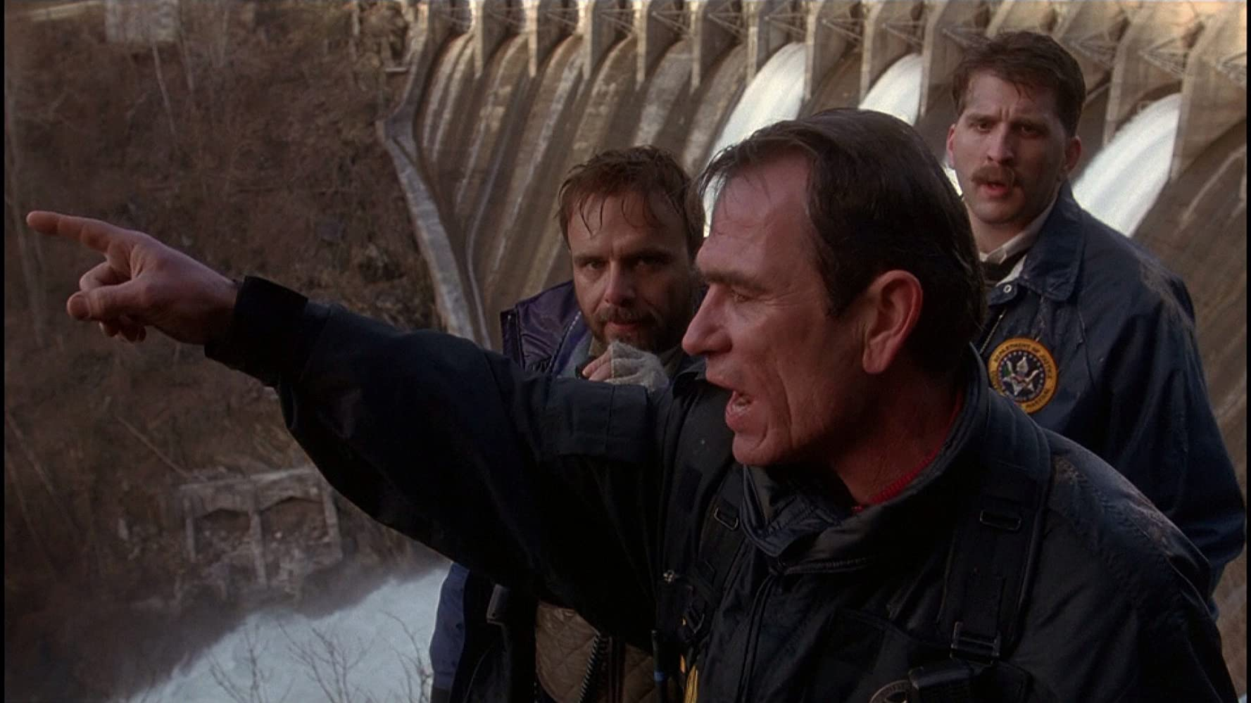Tommy Lee Jones, Joe Pantoliano, and Daniel Roebuck in The Fugitive (1993)