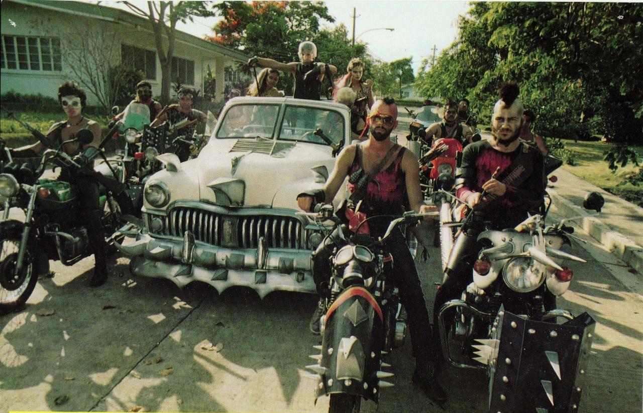 Foto di gruppo di  esuli di mad Max o Ken il guerriero