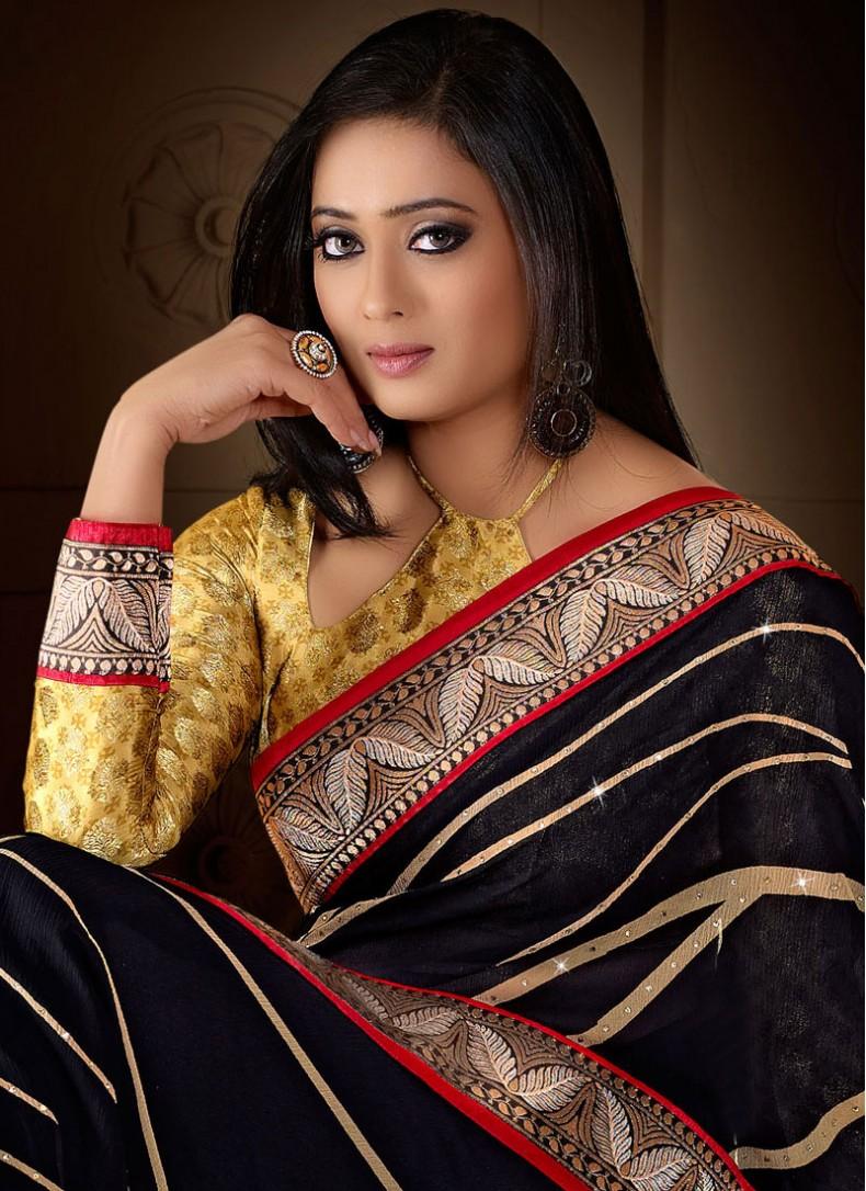 Shweta Tiwari She accessorised her look with a dainty gold necklace. shweta tiwari