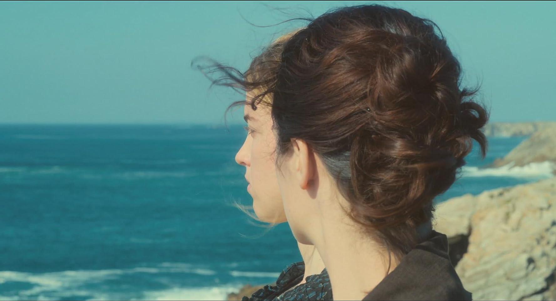 Adèle Haenel and Noémie Merlant in Portrait de la jeune fille en feu (2019)