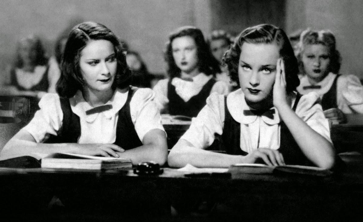Irasema Dilián and Alida Valli in Ore 9: Lezione di chimica (1941)