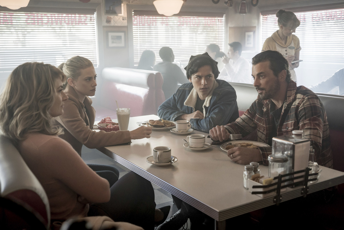 Skeet Ulrich, Mädchen Amick, Cole Sprouse, and Lili Reinhart in Riverdale (2016)