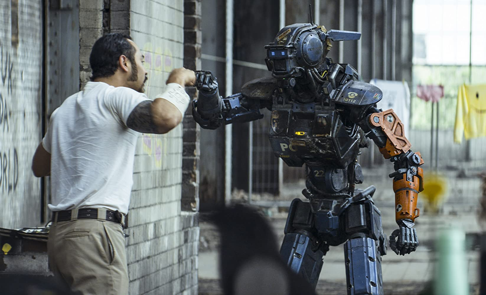 Jose Pablo Cantillo and Sharlto Copley in Chappie (2015)