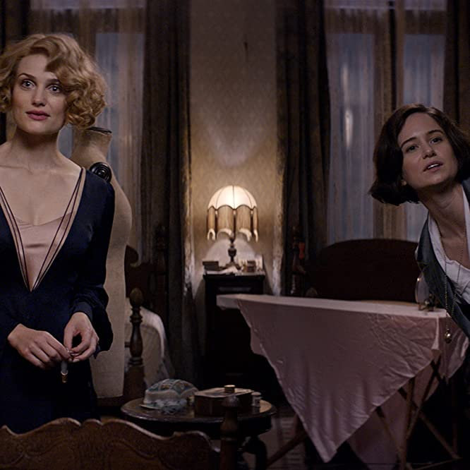 Alison Sudol and Katherine Waterston in Fantastic Beasts and Where to Find Them (2016)