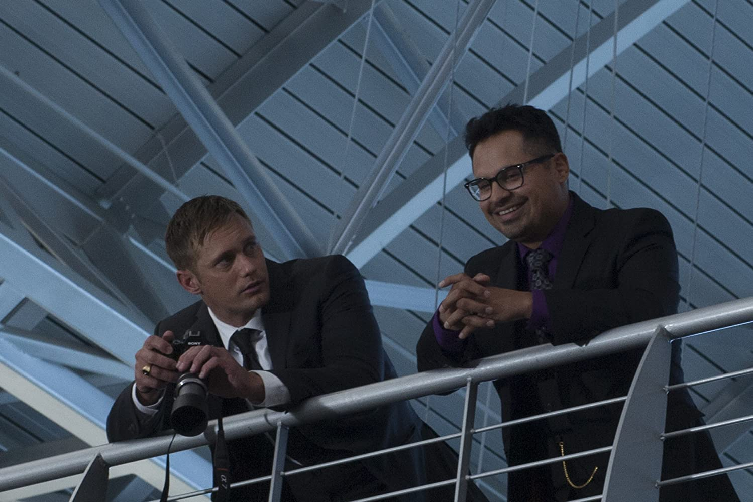 Alexander Skarsgård and Michael Peña in War on Everyone (2016)