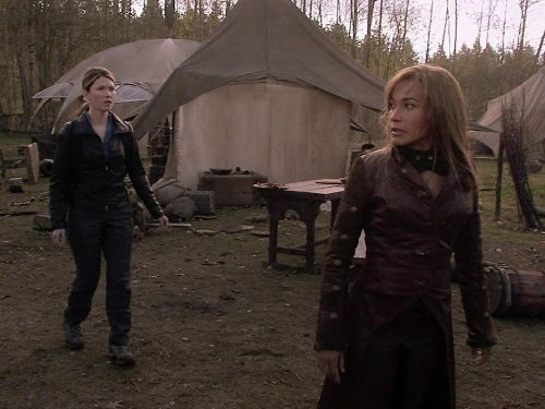 Rachel Luttrell and Jewel Staite in Stargate: Atlantis (2004)