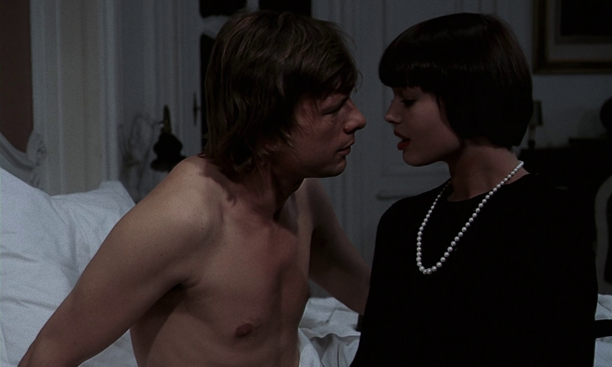 John Karlen and Andrea Rau in Les lèvres rouges (1971)