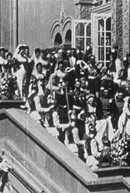 Tsarina Alexandra in Couronnement du Czar: Les Souverains et les Invités se rendant au sacre (escalier rouge) (1896)
