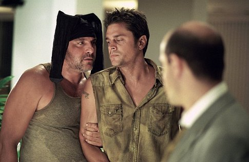 Tom Sizemore and Johnny Knoxville in Big Trouble (2002)