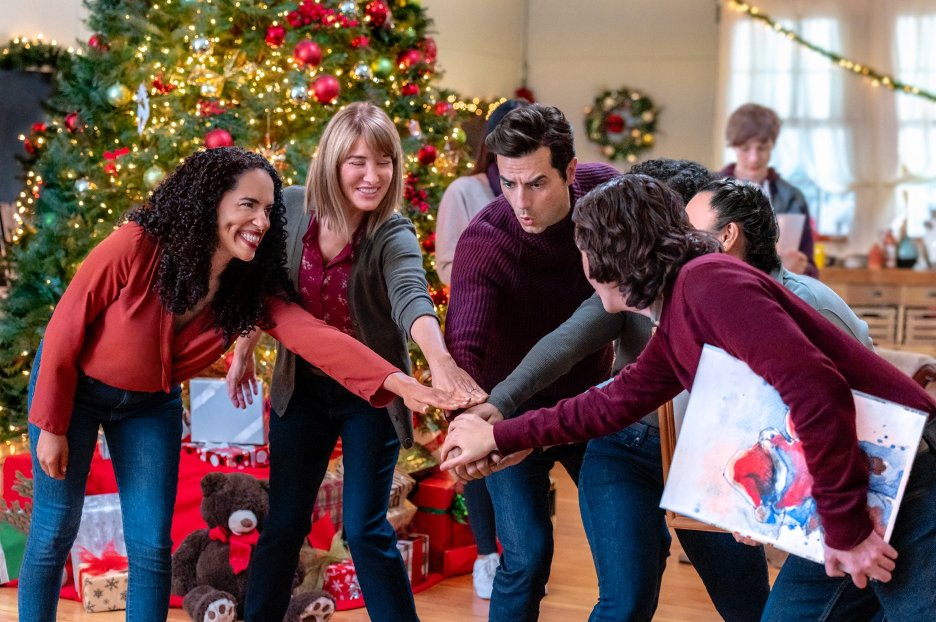 Antonio Cupo, Quinn Lord, Lisa MacFadden, Latonya Williams, and Jennifer Tong in A Glenbrooke Christmas (2020)