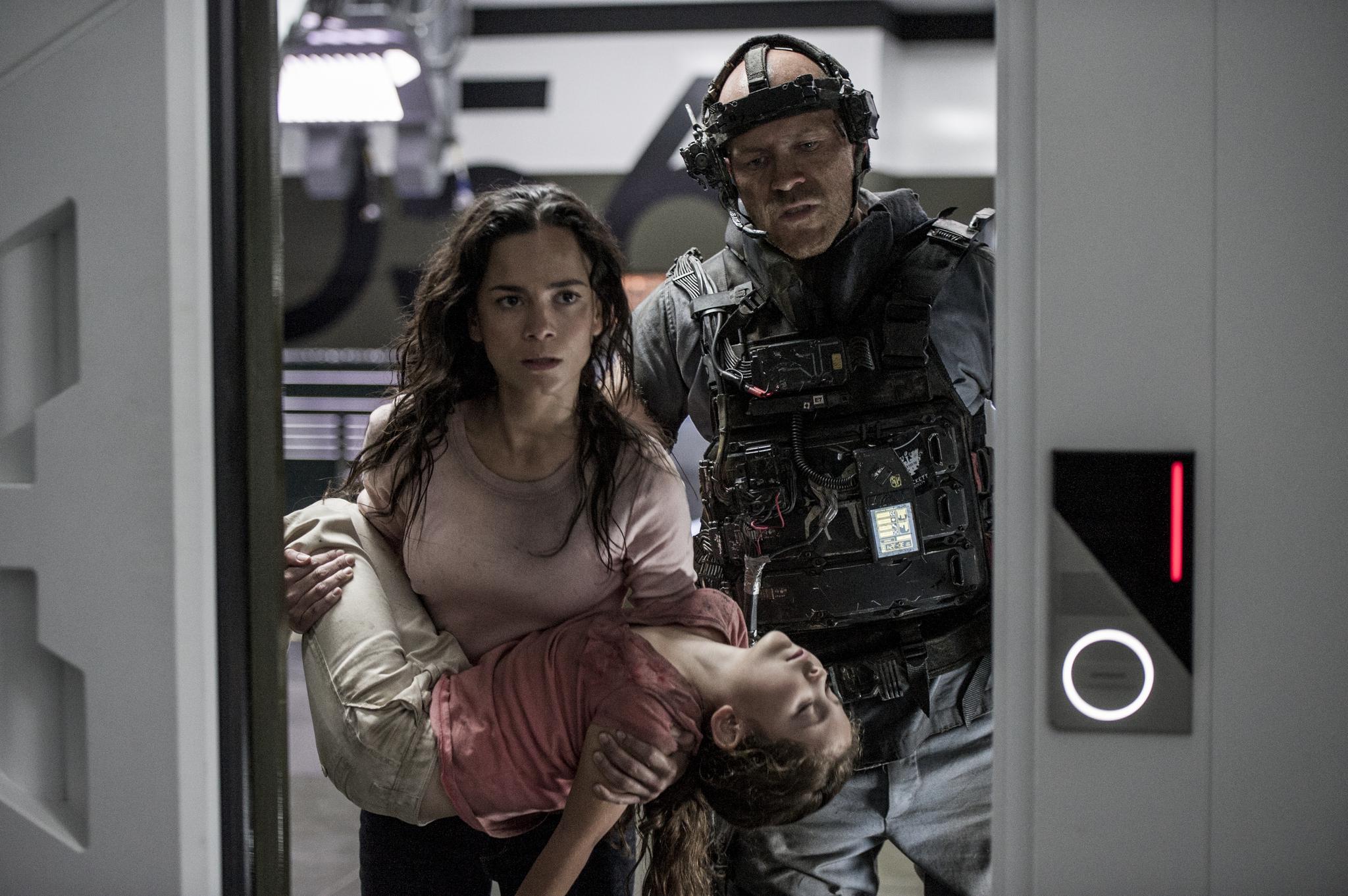Josh Blacker, Alice Braga, and Emma Tremblay in Elysium (2013)