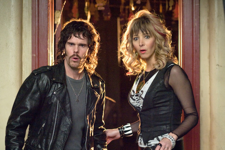 Kevin Dillon and Lisa Kudrow in Hotel for Dogs (2009)