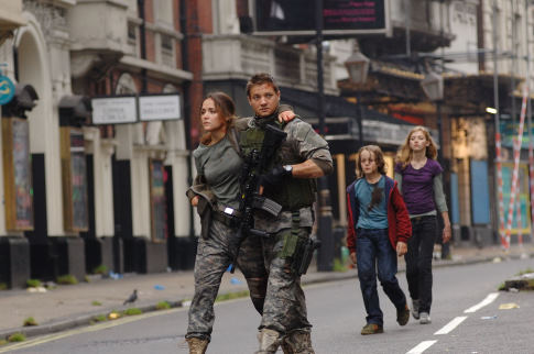 Rose Byrne, Jeremy Renner, Imogen Poots, and Mackintosh Muggleton in 28 Weeks Later (2007)