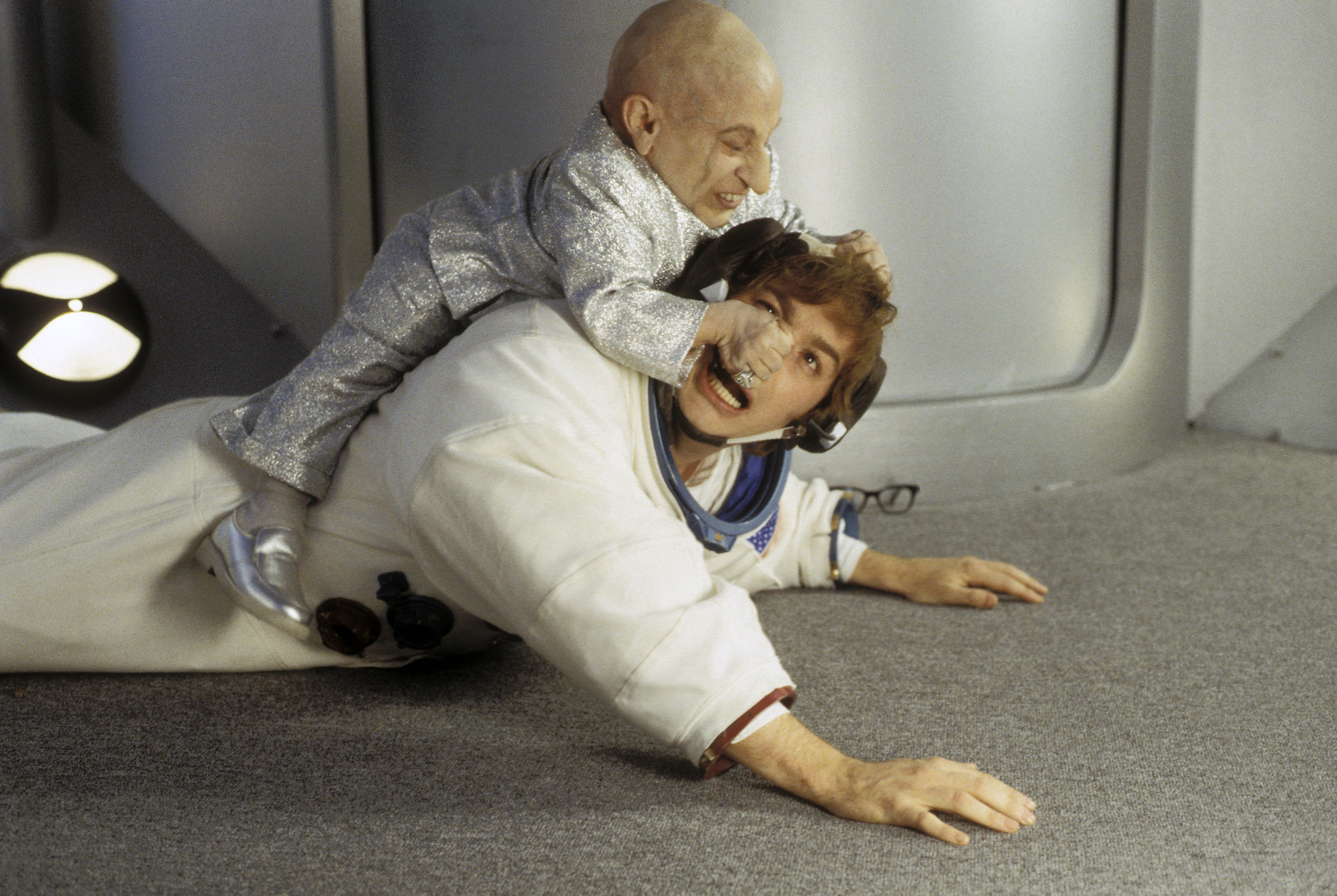 Mike Myers and Verne Troyer in Austin Powers: The Spy Who Shagged Me (1999)