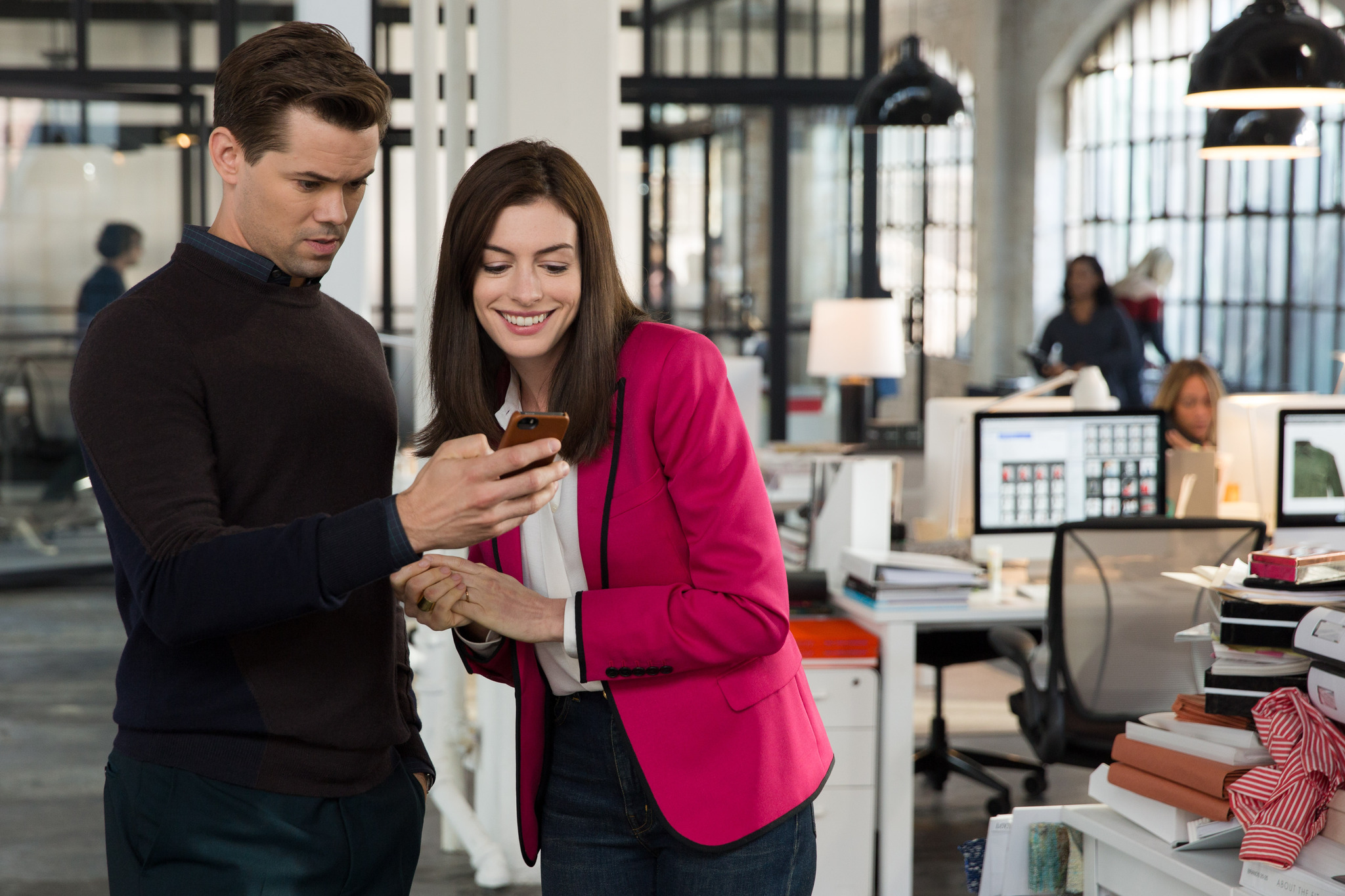 Anne Hathaway and Andrew Rannells in The Intern (2015)