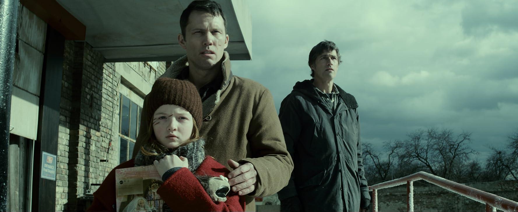 Jeffrey Donovan, Matthew Fox, and Quinn McColgan in Extinction (2015)