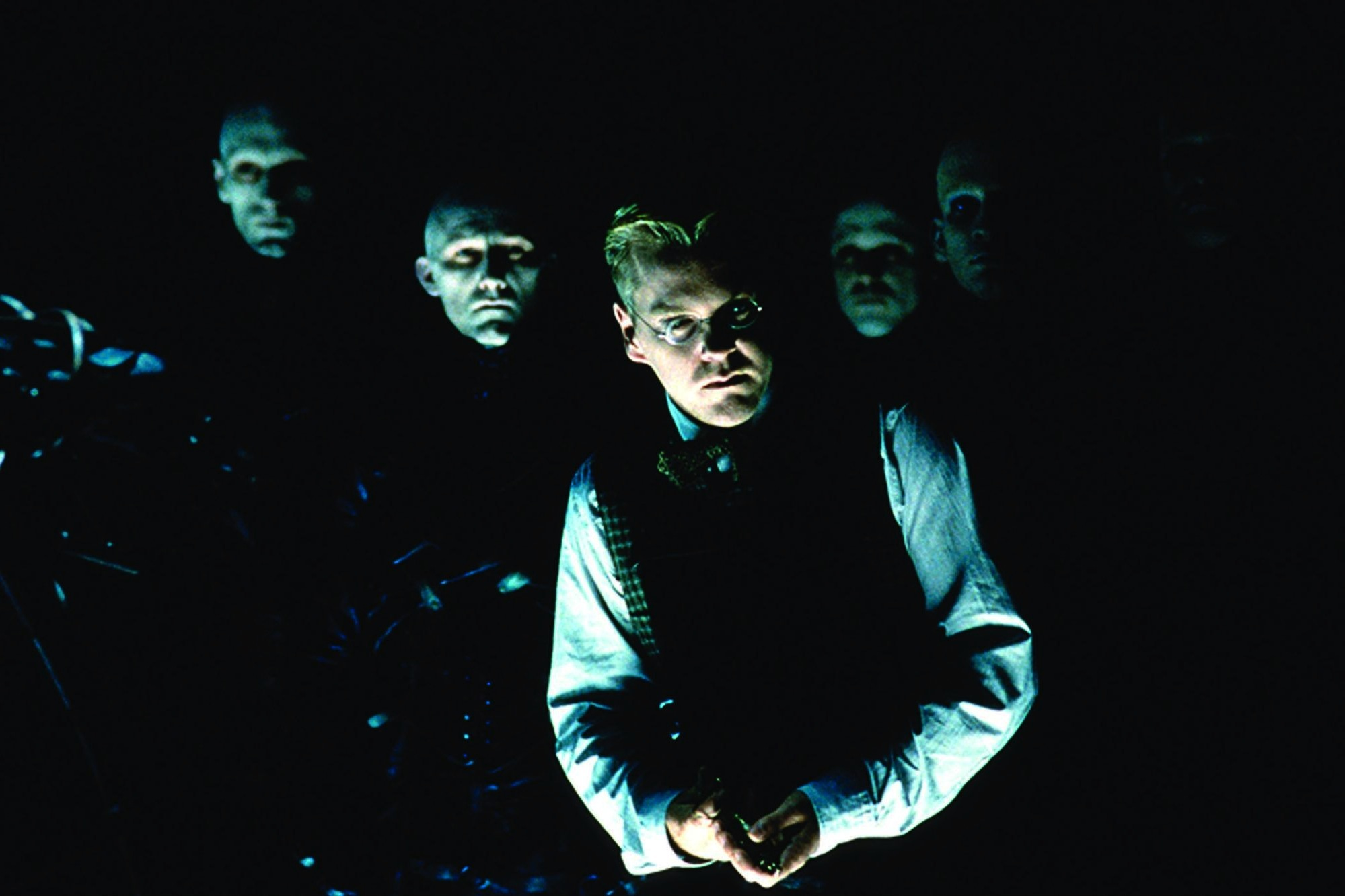 Kiefer Sutherland in Dark City (1998)