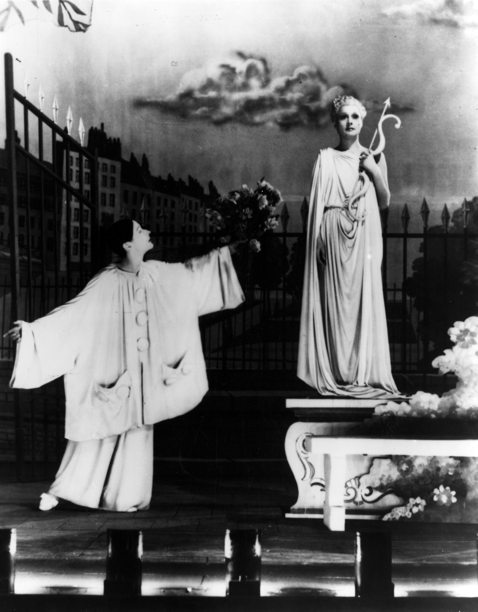 Arletty and Jean-Louis Barrault in Les enfants du paradis (1945)