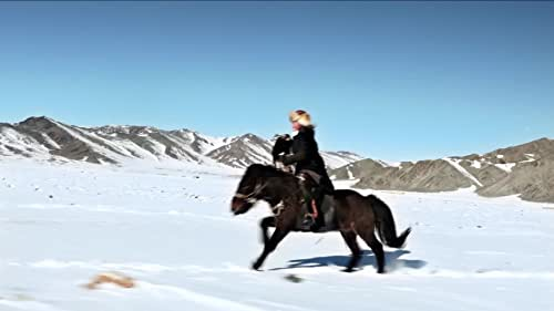 'The Eagle Huntress' follows Aisholpan, a 13-year-old girl, as she trains to become the first female in twelve generations of her Kazakh family to become an eagle hunter, and rises to the pinnacle of a tradition that has been handed down from father to son for centuries.