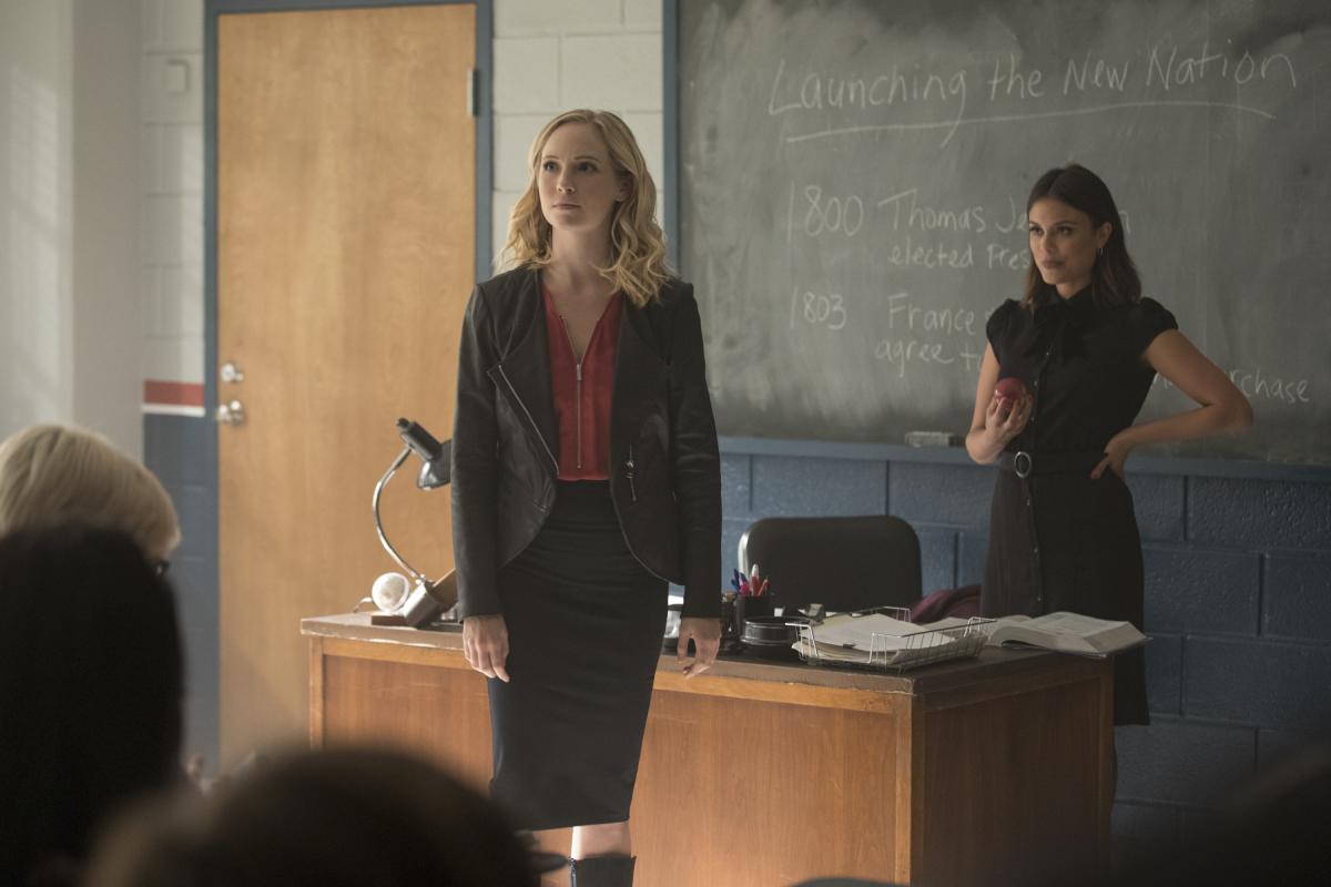 Nathalie Kelley dan Candice King dalam The Vampire Diaries (2009)